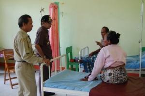 bupati kku berdialog dengan pasien rawan inap di puskesmas sukadana