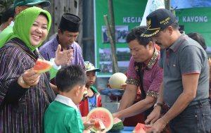 panen semangka lpp nu kayong kabupaten  utara oleh haji samadikun dan wakil bupati idrus dan para tokoh masyarakat sukadana simpang hilir dlled