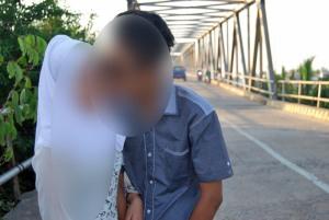 pasangan muda mudi tidak malu lagi bercium di muka umum lokasi jembatan melano