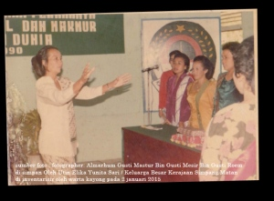 alm ismah istri zaini sedang memimpin paduan suara pada tahun 1990