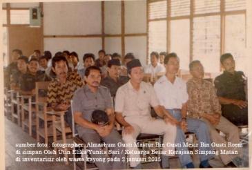 alm zaini duduk paling depan sedang memegang topi korpri pada tahun 1980 an