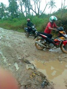 kayong utara Jalan Berlumpur di Musim Hujan jalan batu barat teluk nipah 2012