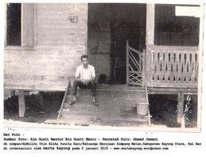 almarhum gusti mastur cucu dari Gusti Roem, berfoto di depan pendopo kediaman rumah raja gusti mesir pada tahun 1970 an_ok