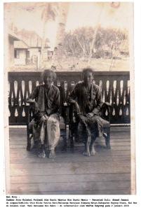 almarhum utin tahara (kiri) istri dari raja gusti mesir berfoto di pendopo rumah raja pada tahun 1970 an_ok