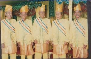 foto  5 bersaudara anak gusti mesir pada pelantikan raja simpang matan pada tahun 2008 di kantor camat simpang hilir