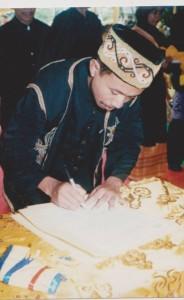 foto  dewan adat pada pelantikan raja simpang matan  pada tahun 2008 di kantor camat simpang hilir