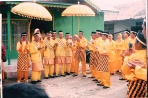 foto  doa sebelum pelantikan raja simpang matan pada tahun 2008 di kantor camat simpang hilir
