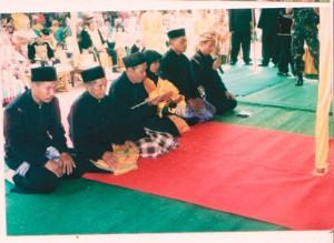 foto  enam  dewan adat pada pelantikan raja simpang matan pada tahun 2008 di kantor camat simpang hilir