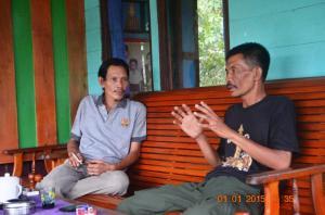 foto kiri Isya Fahcrudi Dan Raden jamrudin  (kanan) sedang menuturkan sejarah simpang matan dari berbagai sumber_ mata mata 2015
