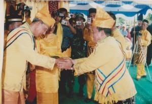 foto  ucapan selamat dari bupati kayong utara bupati pertama pada pelantikan raja simpang matan 2pada tahun 2008 di kantor camat simpang hilir