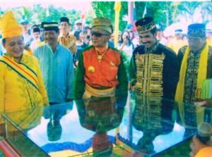 meninjau maket kerajaan pada pada tahun 2008 di kantor camat simpang hilir saat penobatan raja