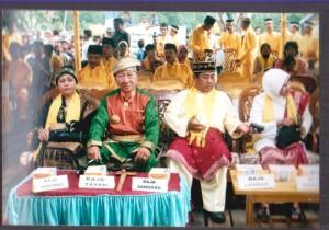 para tamu di pelantikan raja simpang matan pada tahun 2008 di kantor camat simpang hilir
