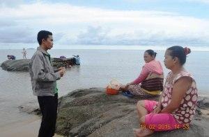 ketua MPM kayong utara sedang berdialog dengan warga pasir mayang 2015 _DSC0565