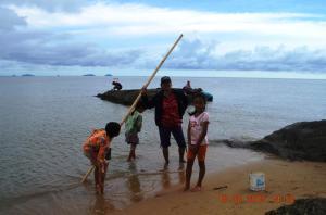 para pemburu kerang pantai sedang berpose 2015