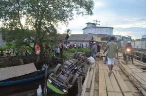 _DSC1217 Truk Ekpedisi Terjun Bebas Di Sungai Pulau Kumbang