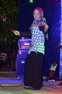 artis lokal sedang menghibur di festival karimata 2015 menyambut sail karimata 2016
