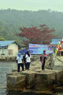 bu diah permata hildi dan sekda kayong utara sedang selvie pada festival karimata 2015 di desa betok menyambut sail karimata 2016