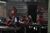 interaksi peserta diving dengan warga setempat di festival karimata 2015 menyambut sail karimata 2016