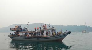 kapal nelayan yang membawa masyarakat festival karimata 2015 menyambut sail karimata 2016