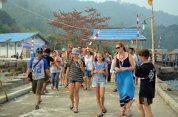 kedatangan touris asing untuk menyaksikan acara festival karimata 2015 di desa betok menyambut sail karimata 2016