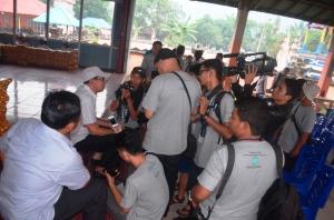 Keramahan Warga Negeri Bertuah yang Membuat Betah aktivitas bupati kku saat di wawancara para jurnalis dari berbagai media