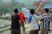 panitia sedang sibuk di acara festival karimata 2015 di desa betok menyambut sail karimata 2016