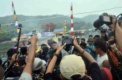 para awak media cetak dan elektronik sedang meliput acara ritual diving pada festival karimata 2015 di desa betok menyambut sail karimata 2016