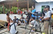 para awak media wawancara dengan kepala desa betok di festival karimata 2015 menyambut sail karimata 2016