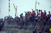 para penonton acara jukong race di festival karimata 2015 di desa betok menyambut sail karimata 2016