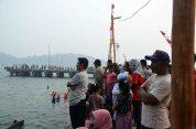 para penonton acara jukong race festival karimata 2015 di desa betok menyambut sail karimata 2016