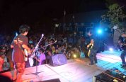 para penonton dan tim hiburan pada festival karimata 2015 di desa betok menyambut sail karimata 2016