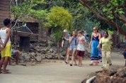 para turis asing dari kapal yachter sedang berinteraksi dengan warga betok pada festival karimata 2015 menyambut sail karimata 2016