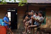 peserta bersantai di rumah warga betok pada festival karimata 2015 menyambut sail karimata 2016