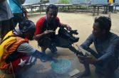 peserta jurnalis sedang mencicipi ikan bakar yang di sediakan oleh warga pulau buluh kecil di festival karimata 2015 menyambut sail karimata 2016