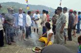 ritual oleh dukun kampung sekaligus pelepasan peserta diving oleh bupati kayong utara