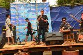 tim entertaint sedang gladi bersih pada acara hiburan festival karimata 2015 di desa betok menyambut sail karimata 2016