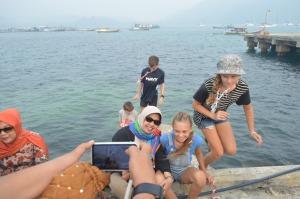 u bu diah permata hildi berpose bersiama para turis festival karimata 2015 menyambut sail karimata 2016