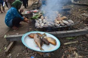 u_ aktivitas masyarakat desa betok pada acara festival karimata 2015 menyambut sail karimata 2016