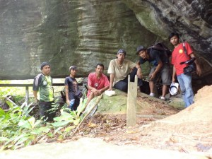 a bersama di gua pelapis